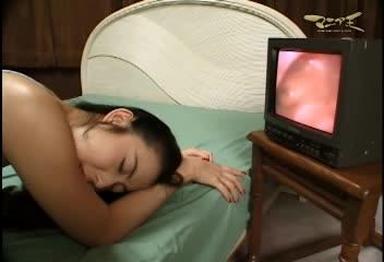 マニア王 新・奥まで見せろ!5 平松ケイ 膣内カメラで自分の子宮口を見せられるの図